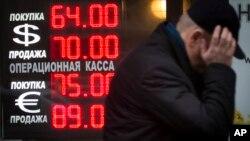 Nilai mata uang Rusia Rubel terus turun terhadap dolar akibat jatuhnya harga minyak dunia (foto: ilustrasi).