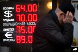 Bảng tỷ giá hối đoái ở một văn phòng ở Moscow, Nga, 16/12/2014.