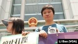 潘嘉伟(右)称官方控制教会已忍无可忍