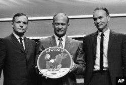 دائیں سے بائیں، مائیکل کولنز، بز ایلڈرن اور نیل آرمسٹرانگ کی یاد گار تصویر