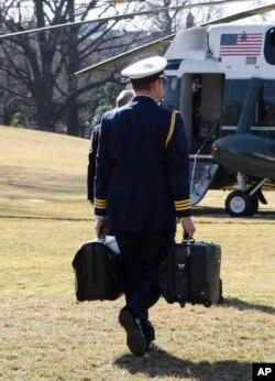 Pembantu militer yang membawa tas berisi kode peluncuran nuklir (foto: dok).