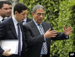 Amr Moussa, Secretary General of the Arab League, right, talks to his Chief of Staff Hisham Youssef at the Arab League headquarters in Cairo, Egypt (file photo)