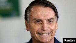극우 성향인 사회자유당(PSL)의 자이르 보우소나루 후보가 지난 7일 브라질 리오데자네이루에서 투표를 한 후 미소를 지어보이고 있다.
