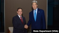 Menteri Luar Negeri AS John Kerry dan Menteri Luar Negeri Kuba, Bruno Rodriguez, di Panama.