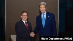 Menteri Luar Negeri Amerika John Kerry bersama Menteri Luar Negeri Kuba Bruno Rodriguez, di Panama, 9 April 2015.
