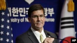 Bộ trưởng Quốc phòng Mỹ Mark Esper dự một cuộc họp báo chung với Bộ trưởng Quốc phòng Hàn Quốc Jeong Kyeong-doo ở Seoul, ngày 15 tháng 11, 2019.