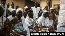 Les femmes animistes lors d'une cérémonie de prières, le 2 janvier 2020. ( VOA/Ginette Fleure Adande)