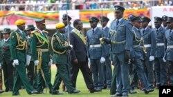 Perezida wa Zimbabwe, Emmerson Mnangagwa, mu gihe igihugu cibuka imyaka 38 cikukiye, Harare, itariki 18/04/2018.