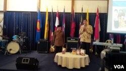 Mantan presiden B.J. Habibie dalam dialog bersama warga Indonesia di Wisma Tilden, Washington, DC, Minggu (1/6). (VOA/Eva Mazrieva)
