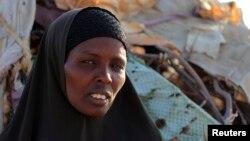 Une déplacée dans l'attente d'une aide alimentaire près de Wajir au Kenya, le 13 juillet 2011.