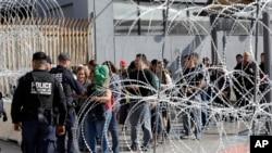 Barikade i bodljikava žica na graničnom prelazu između Meksika i SAD