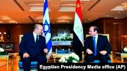 압델 파타 엘시시(오른쪽) 이집트 대통령과 나프탈리 베네트 이스라엘 총리가 13일 샴 엘 셰이크에서 회담하고 있다.