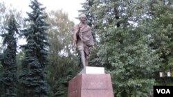 位于莫斯科市的甘地塑像 (美国之音白桦拍摄)