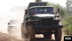 Truk militer Kamboja bermuatan peluncur roket BM-21 siaga di perbatasan Kamboja-Thailand (26/4).