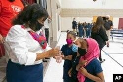 Seorang pendidik berbicara kepada anak-anak saat pembukaan kembali sekolah di SD kota Phoenix, Arizona (foto: dok).