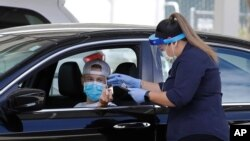Seorang tenaga kesehatan mencatat informasi dari peserta tes di pusat pemeriksaan Covid-19 di Pleasanton, California, 21 Juli 2020.