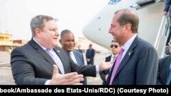 Ambassadeur ya USA na RDC Mike Hammer (G) ayambi Alex Azar, Secretaire d'Etat ya Etats-Unis mpo na mambi ya bokolongo mpe misala ya kosunga bato na bokomi na ye na Kinshasa, 13 septembre 2019. (Facebook/Ammbassade des USA en RDC)