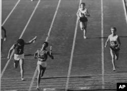 윌마 루돌프(왼쪽 두번째)가 1960년 9월 7일 진행된 이탈리아 로마 올림픽 여자 육상 400m 계주에서 1위로 결승선을 통과하고 있다.