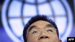 Glavni ekonomista Svetske banke Džastin Jifu Lin sluša pitanja novinara na pres konferenciji o globalnim ekonomskim izgledima, u Pekingu, 18. januara 2012.
