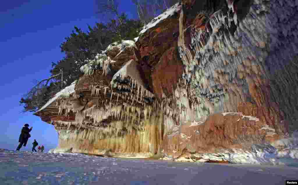برف کے قدرتی فن پارے لوگوں کی توجہ کا مرکز بن گئے