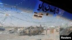 在巴格达爆炸现场的伊拉克安全部队车辆被震碎车窗(2016年7月12日)