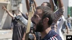 在扎維耶的利比亞反政府武裝獲知佔領蘇爾曼鎮後歡呼慶祝