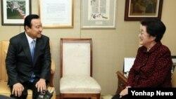 이완구 한국 국무총리(왼쪽)가 19일 서울 마포구 동교동 고(故) 김대중 전 대통령 자택을 방문해 이희호 여사와 환담을 나누고 있다.