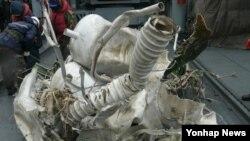 23일 한국군 당국이 추가로 수거했다고 밝힌 북한 장거리 로켓 '은하3호' 잔해.