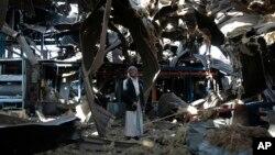 Seorang pria tua berdiri di antara puing-puing pabrik pipa dan pompa air Alsonidar Group yang terkena serangan udara pimpinan Arab Saudi di Sana'a, Yaman (22/9).