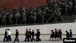북한 노동당 창건 68주년을 맞은 지난 10일 북한 학생들이 헌화하기 위해 평양 만수대언덕의 김일성, 김정일 동상을 찾았다.