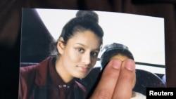 Renu Begum, kakak dari remaja putri Inggris Shamima Begum, menunjukkan foto adiknya saat dia meminta adiknya untuk kembali ke Inggris, 22 Februari 2015.