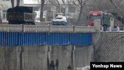 지난해 3월 중국과 북한이 인접한 두만강에서 북한 남양시와 중국 투먼 통상구를 오가는 화물차.(자료사진)