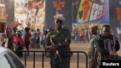 Un soldat garde l'entrée assure la sécurité au centre de Ouagadougou, Burkina Faso, 3 mars 2017.