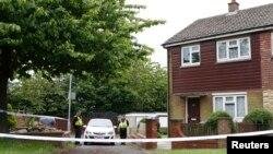Cảnh sát chặn bên ngoài ngôi nhà của Thomas Mair, nghi can ám sát dân biểu Jo Cox gần khu Leeds, Anh, ngày 17/6/2016.
