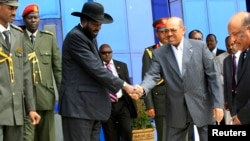 South Sudan's President Salva Kiir (3rd L) shakes hands with Sudan's President Omar al-Bashir as he arrives for talks at Khartoum Airport, Sept. 3, 2013.