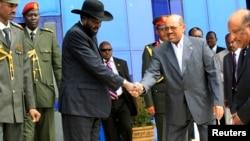 Presiden Sudan Selatan, Salva Kiir (topi hitam) berjabat tangan dengan Presiden Sudan Omar al-Bashir dalam kunjungannya ke Khartoum, Sudan (3/9).