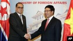 지난 8월 베트남을 방문한 북한 리수용 외무상(왼쪽)이 팜 빙 밍 베트남 부총리 겸 외무장관과 회담했다. (자료사진)