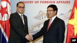 베트남을 방문한 북한 리수용 외무상(왼쪽)이 6일 하노이에서 팜 빙 밍 베트남 부총리 겸 외무장관과 회담했다.
