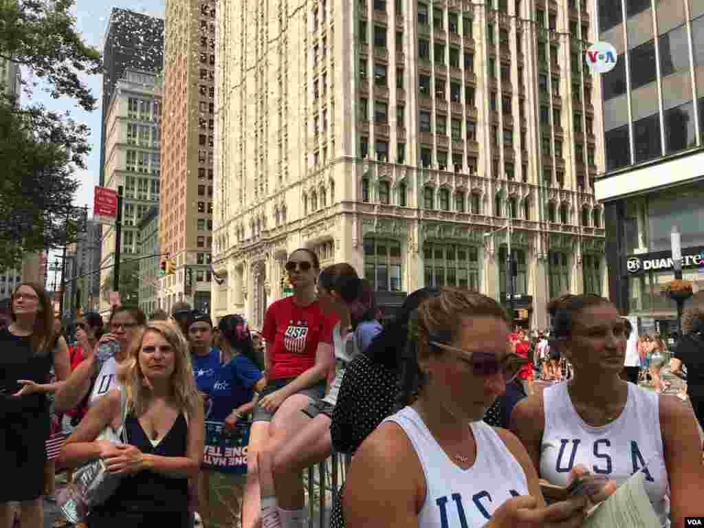 Miles de personas se reunieron en Nueva York para celebrar los logros del equipo femenino de fútbol en la Copa Mundial Femenina defútbol.