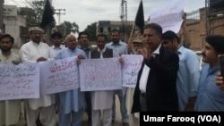پشاور میں پشتون تحفظ موومنٹ کے کارکنوں کا مظاہرہ۔ 26 اپریل 2018