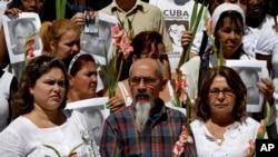 Eduardo Díaz Fleitas (centro), uno de los opositores cubanos de la Primavera Negra de 2003, quien se quedó en Cuba tras salir de prisión, es uno de los 11 disidentes que se han declarado en huelga de hambre y sed en la última semana.