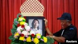 Hình nhà thơ Kamol Duangphasuk, 45 tuổi tại một ngôi chùa ở Bangkok. Nhà thơ Kamol là người ủng hộ phong trào Áo Đỏ. Ông bị bắn chết trên chiếc xe đang đậu trong bãi đậu xe của một nhà hàng ở Bangkok.