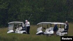 도널드 트럼프 미국 대통령이 24일 워싱턴 인근 버지니아주 스털링의 '트럼프 내셔널 골프 코스'에서 지인들과 골프를 했다.