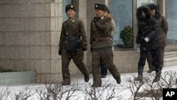 지난달 21일 평양 거리를 걷는 북한 군인과 주민들.