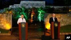 Phó Tổng thống Mỹ Mike Pence họp báo chung với Tổng thống Colombia Juan Manuel Santos tại Cartagena, Colombia, ngày 13/8/2017.