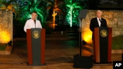 Presiden Kolombia Juan Manuel Santos (kiri) memberikan konferensi pers bersama Wapres AS Mike Pence di Cartagena, Kolombia Minggu (13/8).
