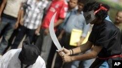 Suudi Arabistan'da kendi vatandaşlarının başları kesilerek idam edilmesini protesto eden Bangladeşliler.