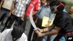 Sejumlah aktivis Bangladesh melakukan protes hukuman mati atas warga Bangladesh di Saudi Arabia dengan melakukan aksi teatrikal hukuman pancung di depan Kedubes Saudi di Dhaka (foto: dok).