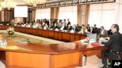 وزیراعظم گیلانی کابینہ کے اجلاس کی صدارت کررہے ہیں (فائل فوٹو)