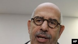 ທ່ານ Mohamed El Baradei ອະດີດຜູ້ອໍານວຍໃຫຍ່ຂອງອົງການ ພະລັງປະລາມະນູສາກົນ ຫລື IAEA ທີ່ໄດ້ຮັບລາງວັນໂນແບລ ຂະແໜງສັນຕິພາບຖະແຫລງຕໍ່ພວກນັກຂ່າວ ກ່ອນໜ້າທີ່ທ່ານຈະບິນ ໄປຍັງນະຄອນ Cairo ຈາກເດີ່ນບິນ Schwechat ຂອງນະຄອນ ວຽນນາ, ປະເທດ Austria ໃນວັນພະຫັດ ທີ 27 ມັງກອນ, 2011 (R